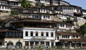 Berati, qyteti i çudirave, i një mbi një dritareve
