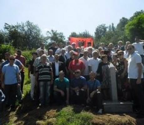 Ferrajt valëvisin sërish flamurin kombëtar mbi varrin e Jakup Ferrit